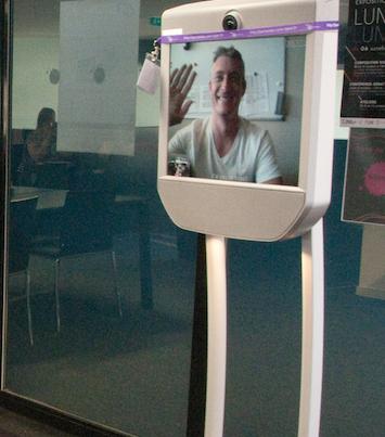 Enseignement à distance grâce au robot de téléprésence mobile